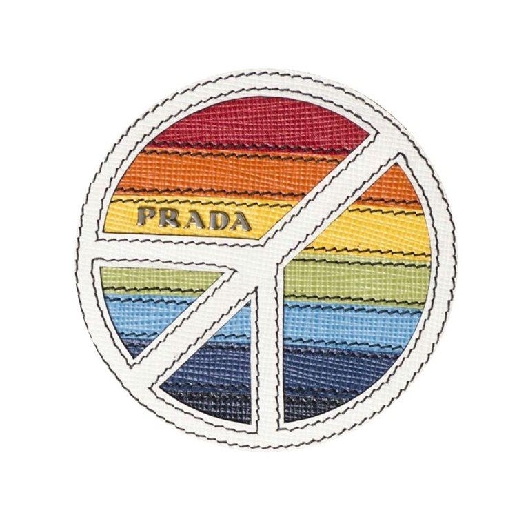 凡購買包類商品即可獲得4枚限量徽章貼紙、購買配件類商品可獲1枚。圖/PRADA提...
