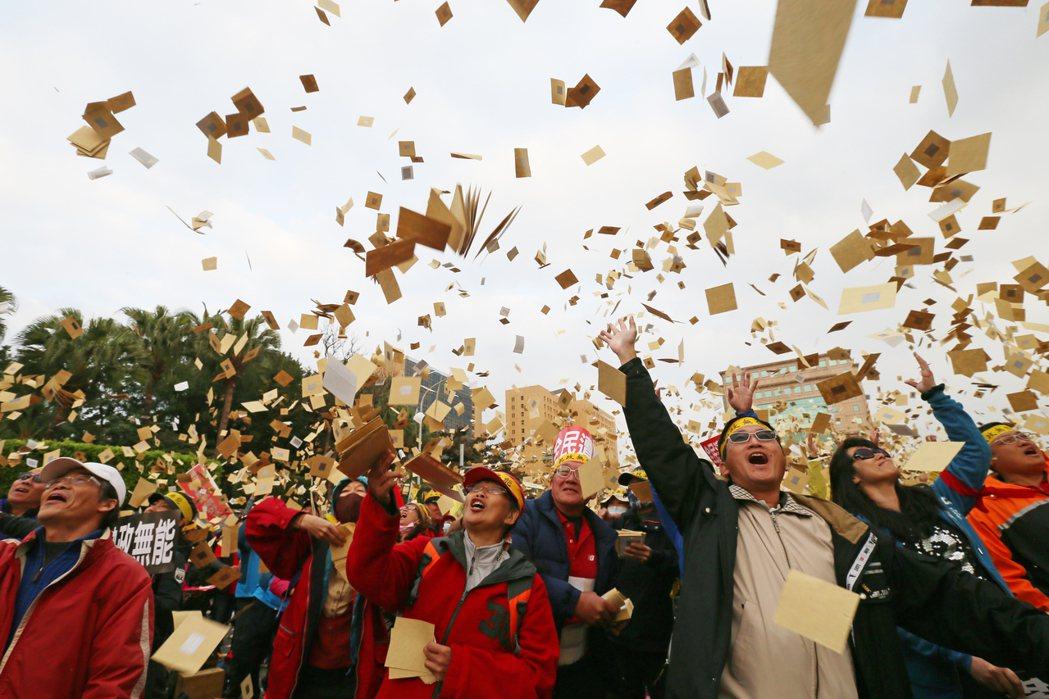 年金改革會議數萬退休軍公教人員齊聚凱道上抗議。他們當中許多人都經歷過當年的百萬公...