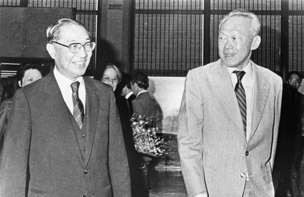 行政院長俞國華(左)。圖為他當年在中正機場迎接新加坡總理李光耀(右)夫婦。 報系...