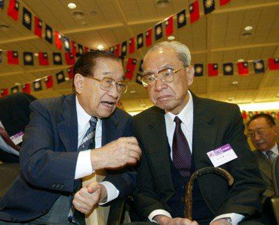 李煥(左)接行政院長後,軍公教實物代金陸續不再發放,而是併入薪資中計算。 報系資...