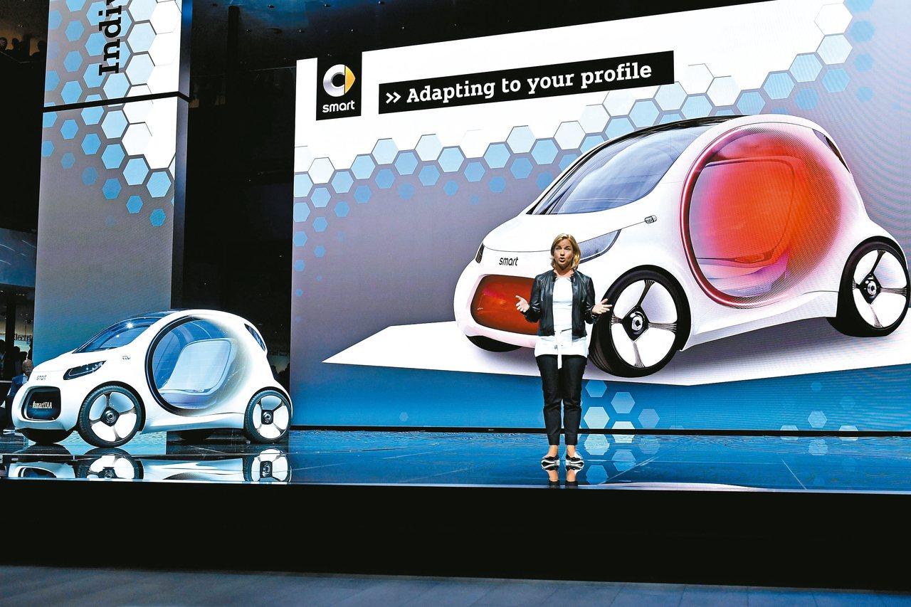 賓士車母公司戴姆勒的主管希格在法蘭克福車展上發表新款小車Smart Vision...