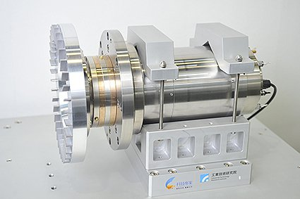 工研院研發的氣靜壓研磨主軸以多孔陶瓷製作,可用於晶圓研磨薄化製程。 工研院/提供