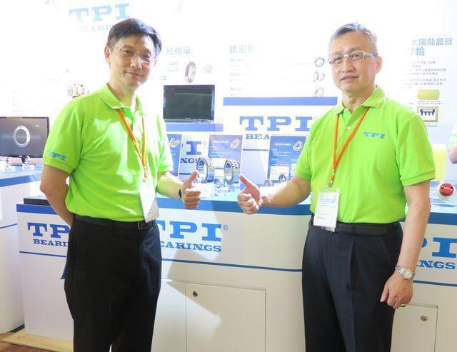 東培公司董事長陳成(右)、總經理陳文傑共同為TPI全面邁向智慧自動化製程喝采。 ...