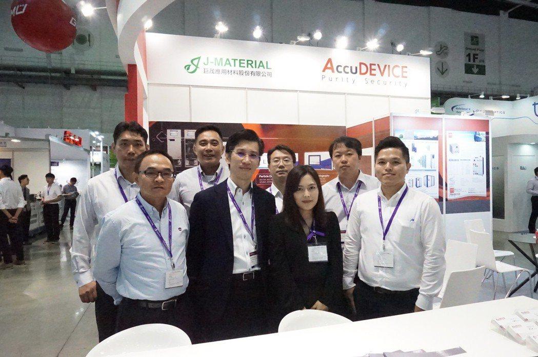 寶璣系統董事長黃柏瑋(前左二)與行銷團隊於國際半導體展會場合影。 楊連基/攝影