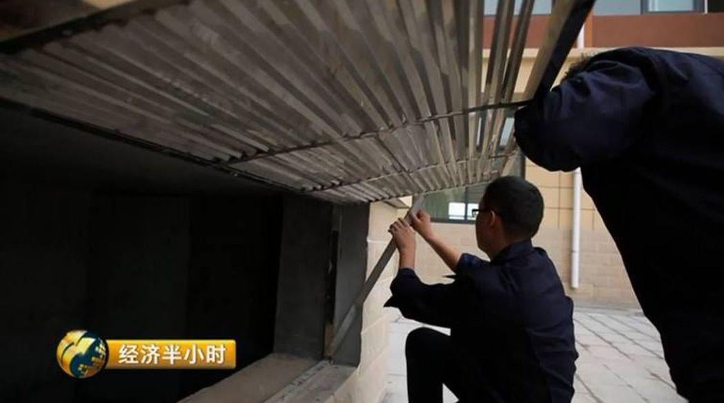 大荔縣實驗小學洛濱校區教學樓的下面增添「隔震支座」,是建築抵抗地震的有效裝備。(...