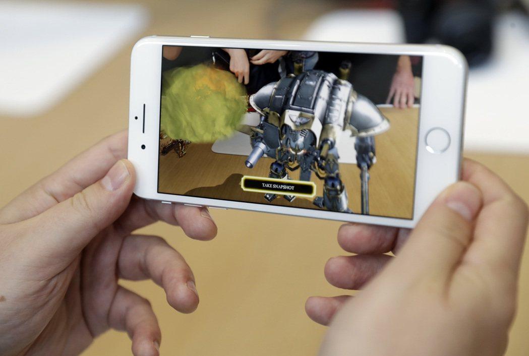iPhone 8 PLUS擁有加大的螢幕。美聯社
