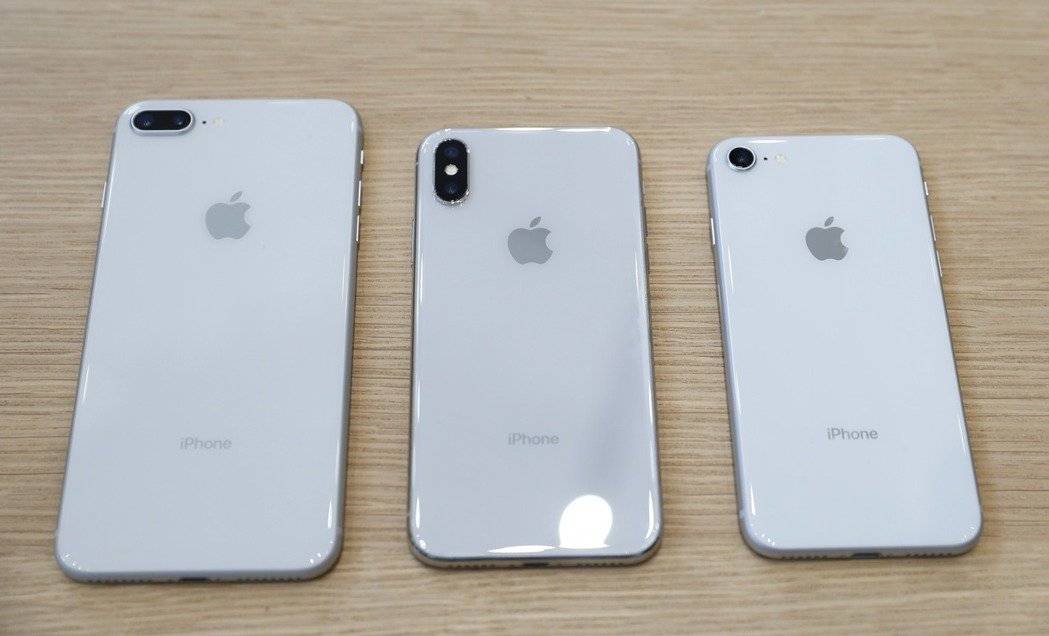 蘋果推出三款新iPhone,左起iPhone 8、iPhone X及iPhone...