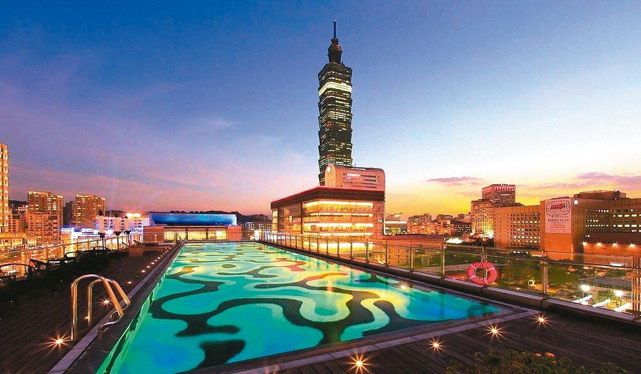 寒舍艾麗酒店7樓的戶外泳池區,可近距離欣賞101大樓多變風情,不必出國也可與閨密一起來場時下最流行的泳池Night Party。 HotelsCombined/提供