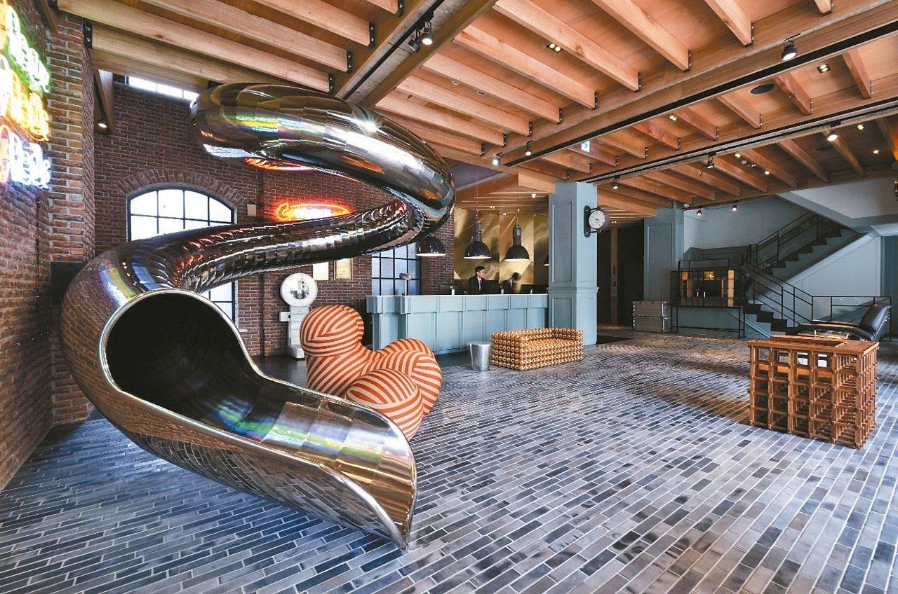 台中的紅點文旅,大廳裡裝設著吸引人一試再試的溜滑梯。 Hotels Combined/提供