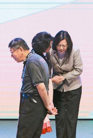 民進黨可能預留明年與台北市長柯文哲的合作空間。圖為日前台北市長柯文哲(左)與蔡英...