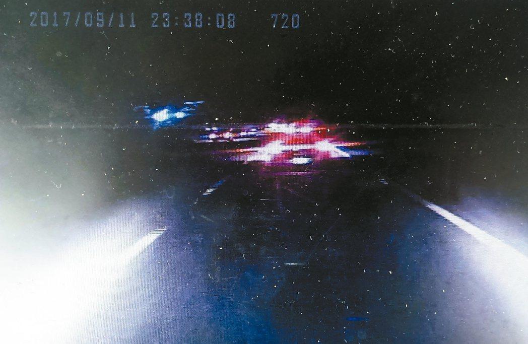 檢方調出阿羅哈客運車上的行車記錄器影像,發現前車後燈正常開啟,與司機吳恊松供詞不...