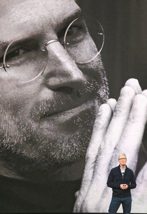 蘋果執行長庫克在發表會上播放影片向賈伯斯致敬。