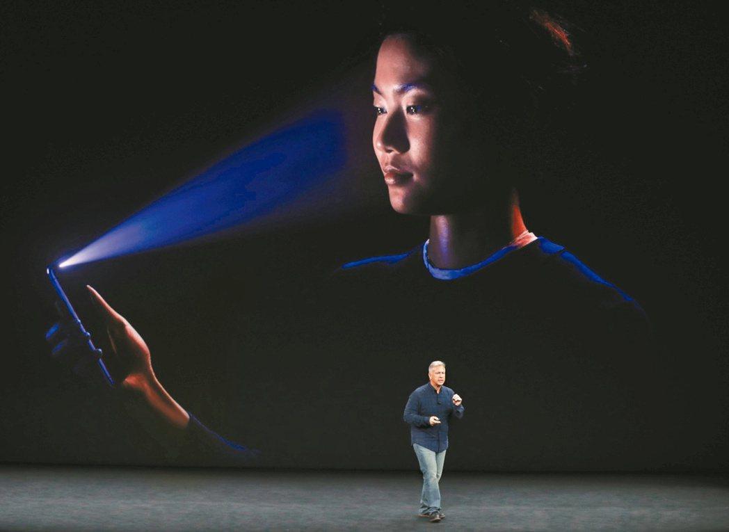 蘋果資深副總裁席勒介紹iPhone X。 路透
