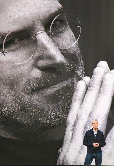 蘋果執行長庫克在9月13日凌晨發表會上,播放影片向賈伯斯致敬。 路透
