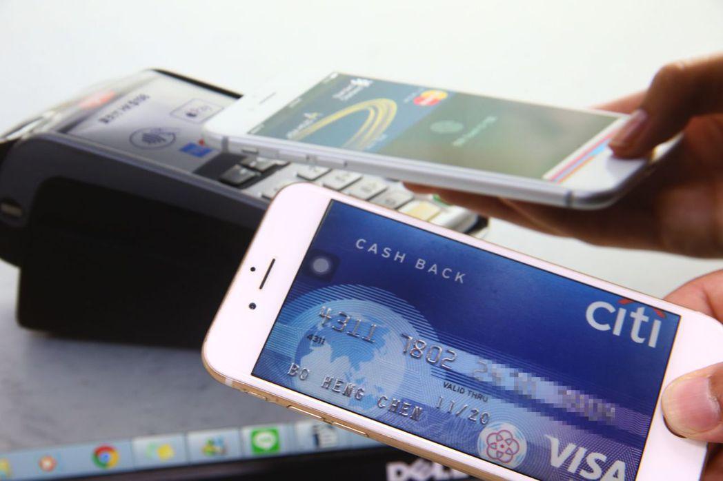 只要一支手機,不用帶錢包出門,就能夠走遍天下。 報系資料照