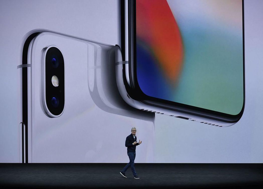蘋果執行長庫克宣布新推出的iPhone X。 新華社