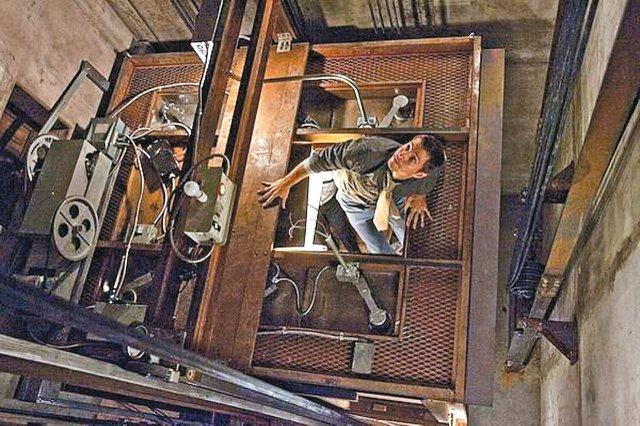 受困電梯可以爬天花板?那只是電影特效。圖為電影「惡靈電梯」片段。