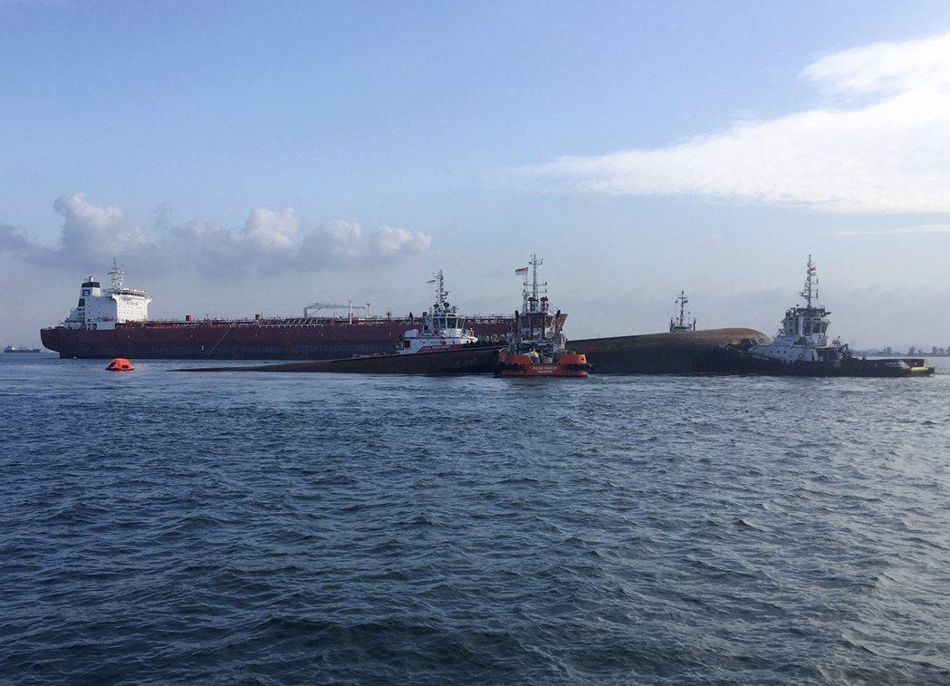 一艘油槽船和一艘挖泥船今天凌晨在新加坡海域相撞,共有5名船員至今下落不明;其中一...