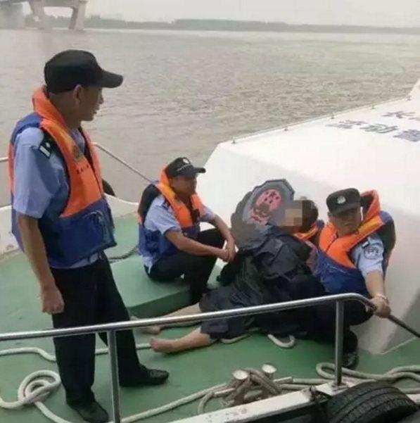在湖北工作的一名24歲李姓女子因為最近常被老闆責罵,工作不如意,9日凌晨跳進長江...