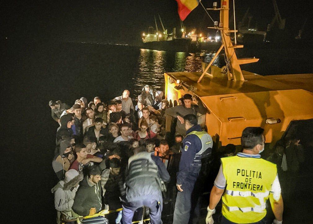 羅馬尼亞海岸警衛隊13日從黑海一艘遇難船隻救出約153名移民,其中包括53名兒童...