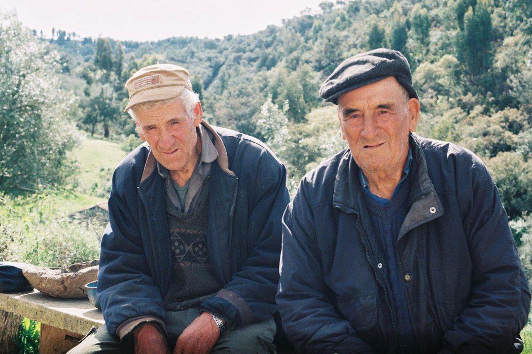 奧林皮歐(左)和路易(右)一輩子和母親一起在山谷間的家屋中相依為命,母親逝世之後...