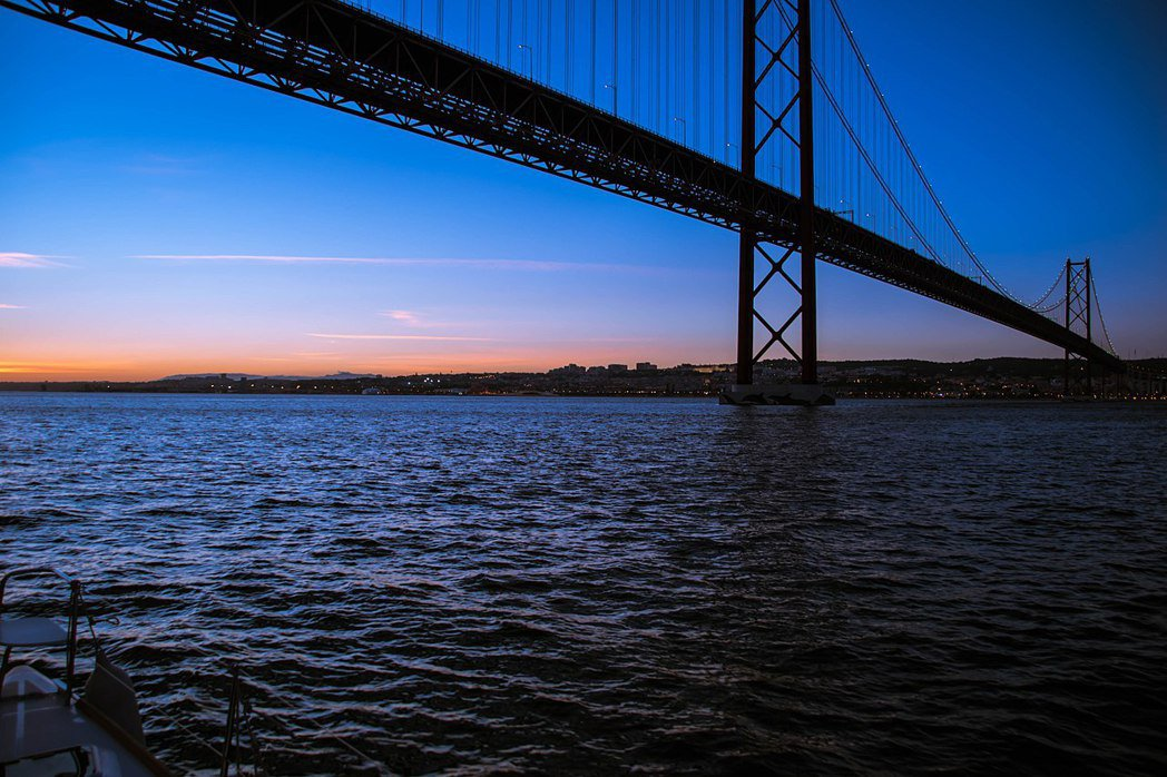 圖為四月二十五大橋,從橋上跳下去的人數據說非常高,平均每個星期就有一兩位試圖或成...
