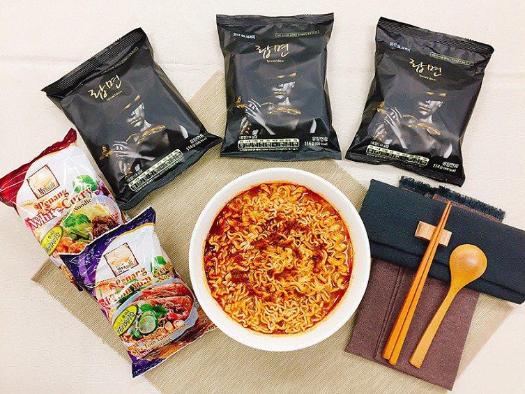 萊爾富獨家販售韓國龍蝦泡麵與全球冠軍的白咖哩、紅酸辣湯麵。圖/萊爾富提供