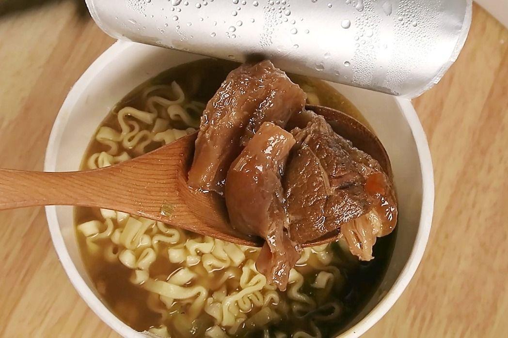 紅燒半筋半肉牛肉麵,確實吃得到肥軟的牛筋。記者陳睿中/攝影