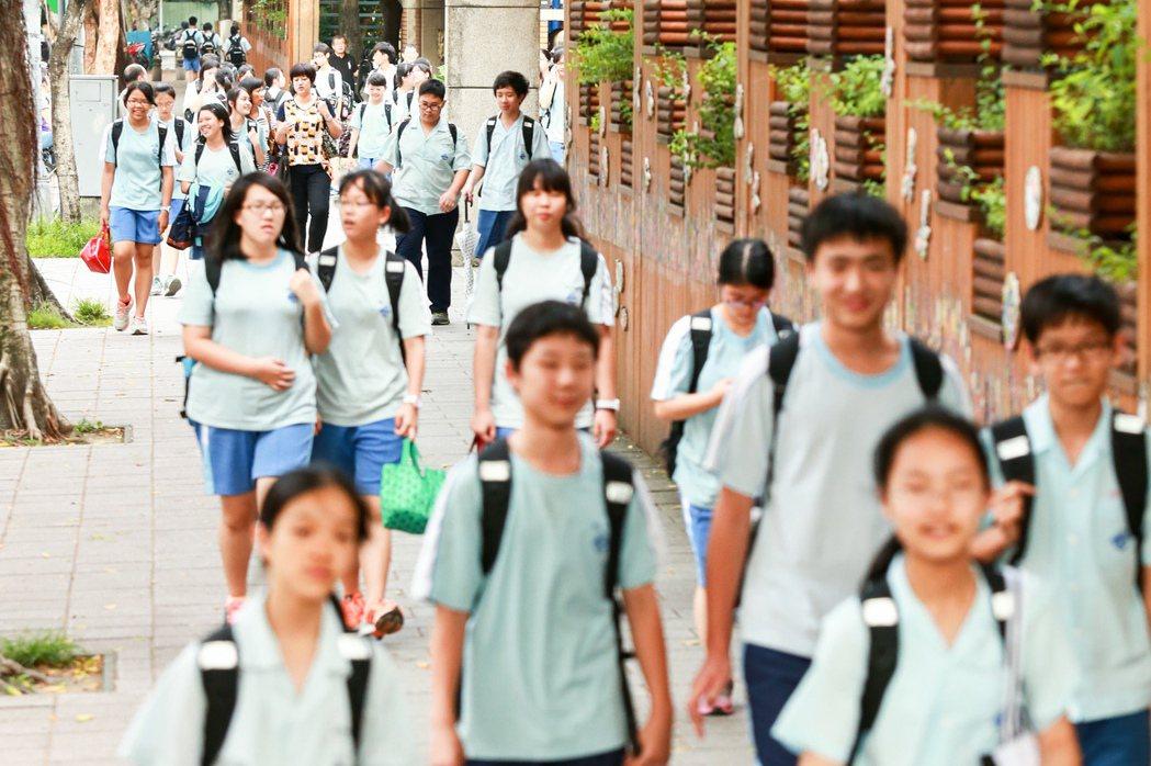 圖為國中學生放學。本報資料照/記者林伯東攝影