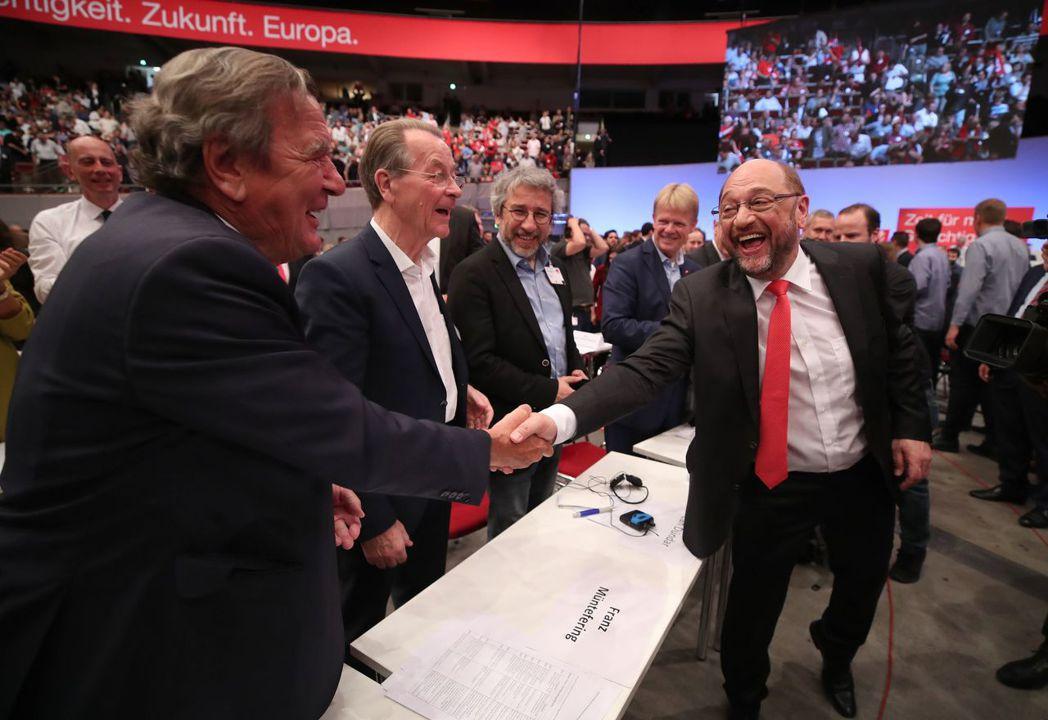 施洛德(左)是社民黨內的大老,貴為前總理的他份量雖重,在選民眼中卻是不受歡迎的人...