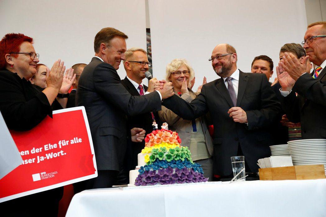 六月時,社民黨選擇在國會本會期結束前違背聯合政府契約,力推婚姻平權法案。未料,這...