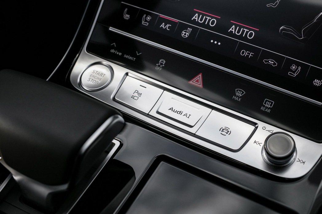 當遇到交通阻塞情況時,在符合時速60km/h以下的快速道路或多線道並具備實體屏障可區隔雙向車流的條件下,駕駛只需按下Audi AI功能按鍵,即可啟動Audi AI traffic jam pilot塞車自動駕駛系統。 圖/台灣奧迪提供