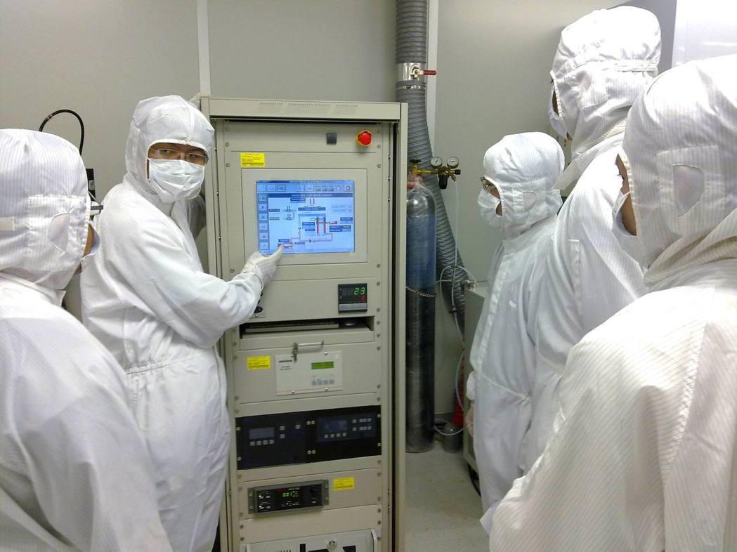 科技業常穿無塵衣在無塵室工作。 圖/聖約翰科大提供