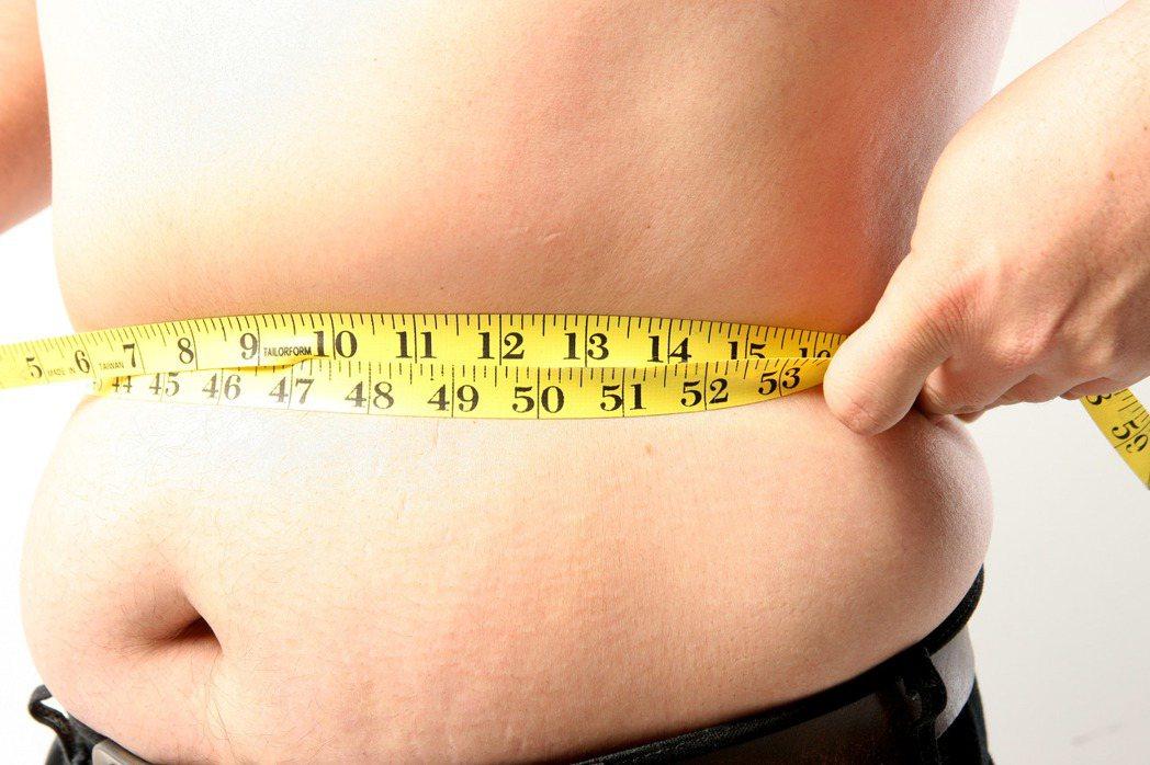 科技人若「少動多吃」容易肥胖,陷入高血壓、高血糖、高血脂的「三高」風險。 本報資...