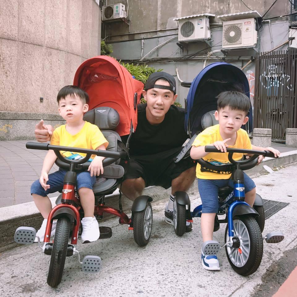 黑人樂於分享雙胞胎兒子的生活點滴。圖/摘自臉書