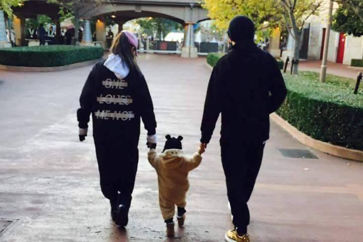 周杰倫(右)與昆凌謹慎把關,不讓孩子正臉曝光。圖/摘自臉書