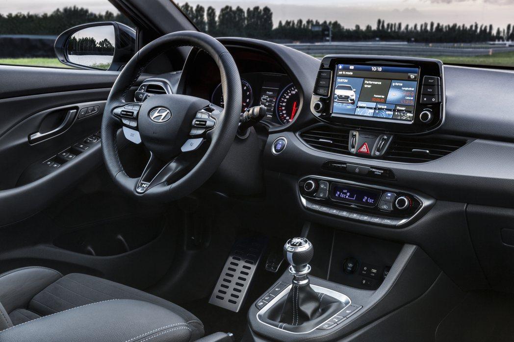 內裝導入運動型座椅、三輻式專屬方向盤等,打造競技感。 圖片來源:Hyundai