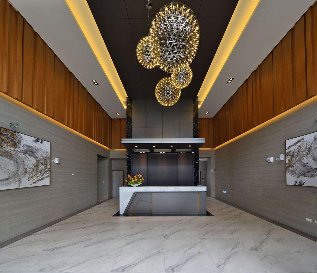「HOKI」大樓一樓氣派門廳。 圖片提供/安庭建設
