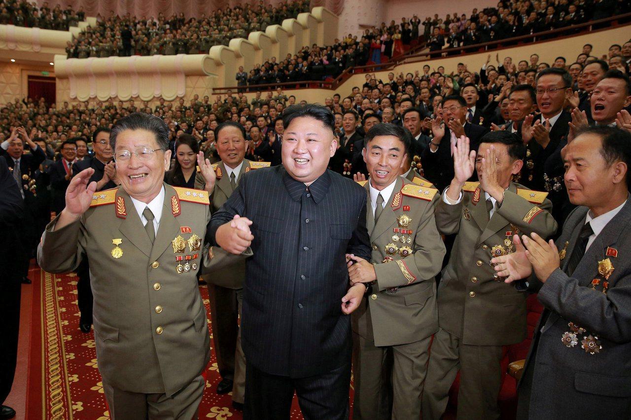 朝中社10日發布照片,北韓領導人金正恩(左二)與科學家和工程師一起慶祝第六次核試...