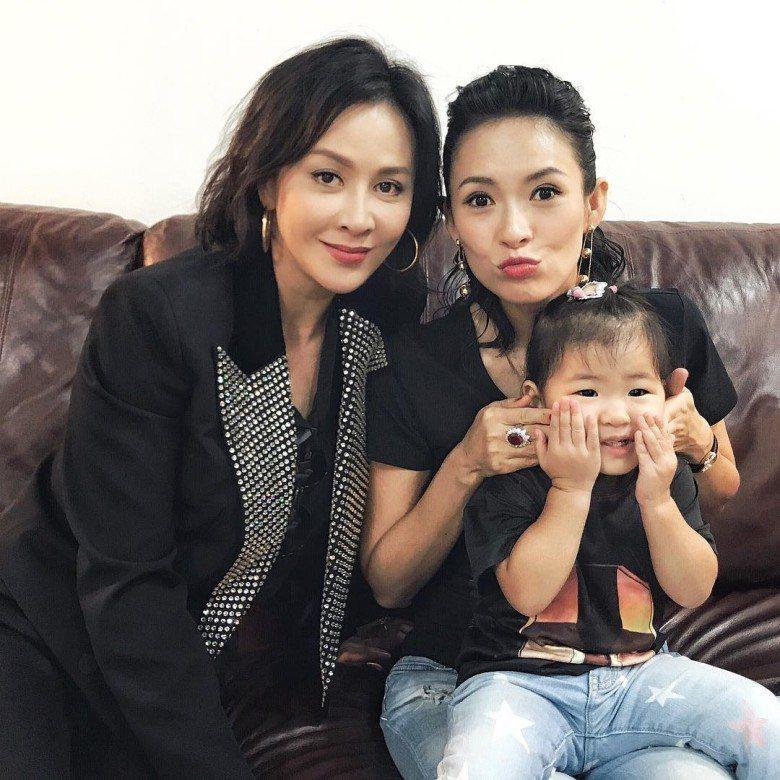劉嘉玲、章子怡和醒醒聚會合照。圖/摘自Instagram