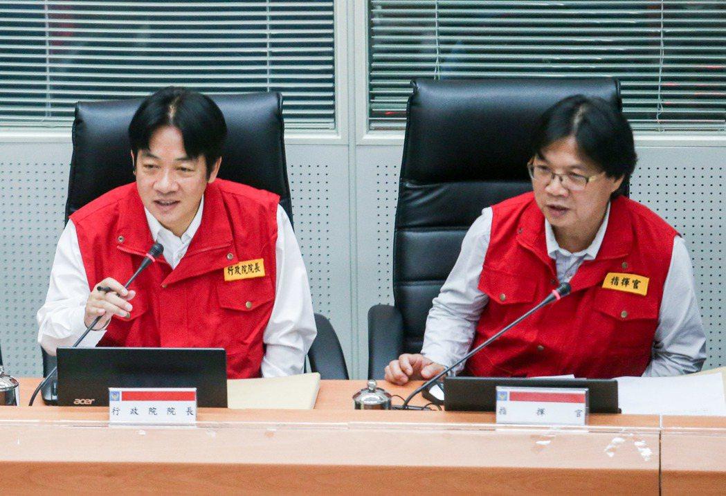 賴清德(左)前往災害應變中心聽取報告,瞭解颱風狀況。記者鄭清元/攝影