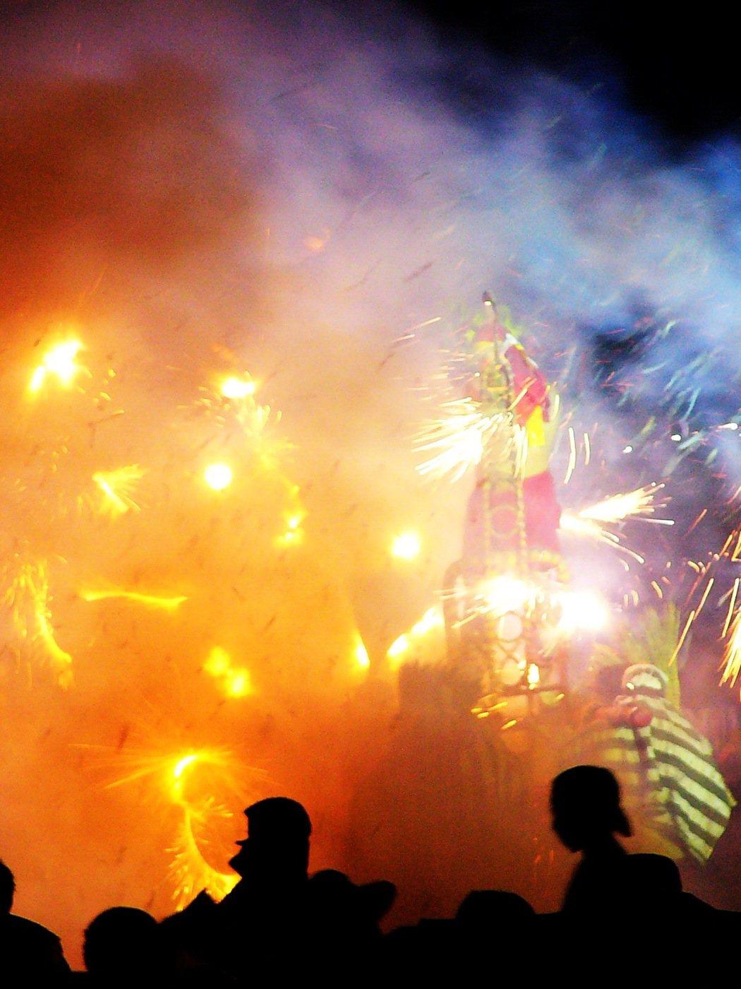 一年一度的台東縣元宵神明遶境祈福活動已是地方最重要的民俗宗教活動,其中的炸寒單(...