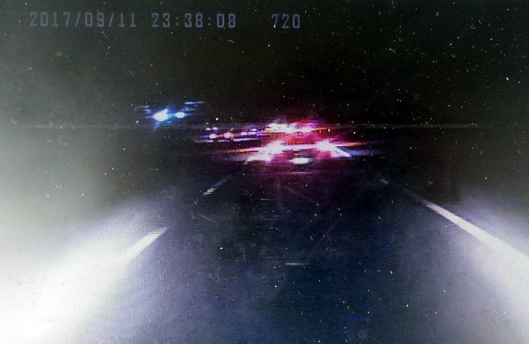 檢方調出阿羅哈客運車上的行車紀錄器影像,發現前車後燈正常開啟。記者林保光/翻攝