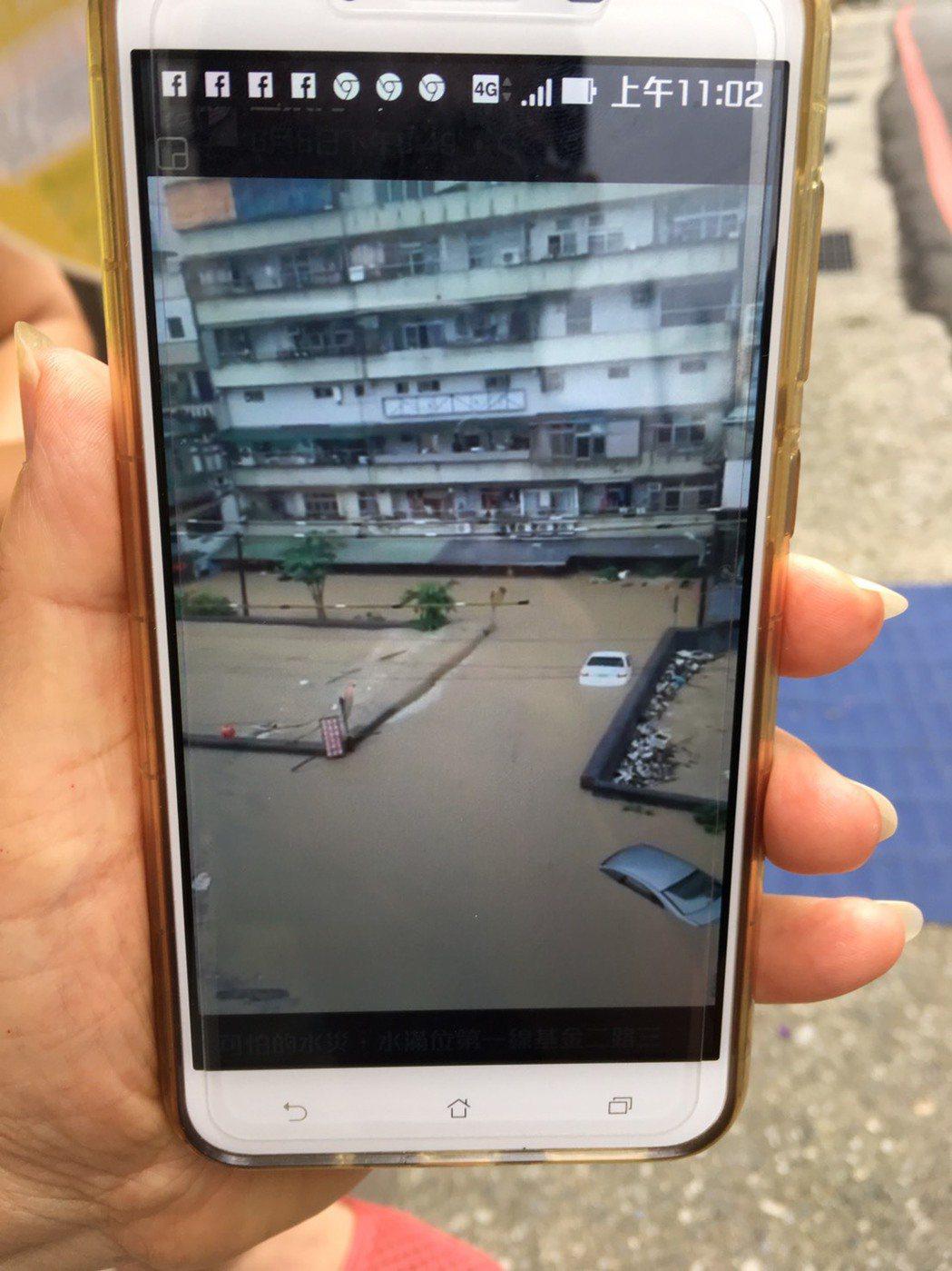 民眾拿出6月2號淹水照片,至今仍餘悸猶存。記者曾健祐/攝影