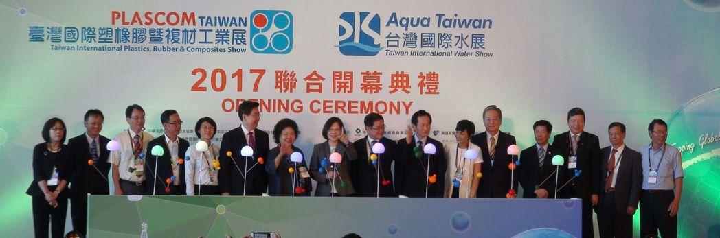 第一屆台灣國際塑膠暨複材工業展、第四屆台灣國際水展今天同時在高雄展覽館開幕,總統...