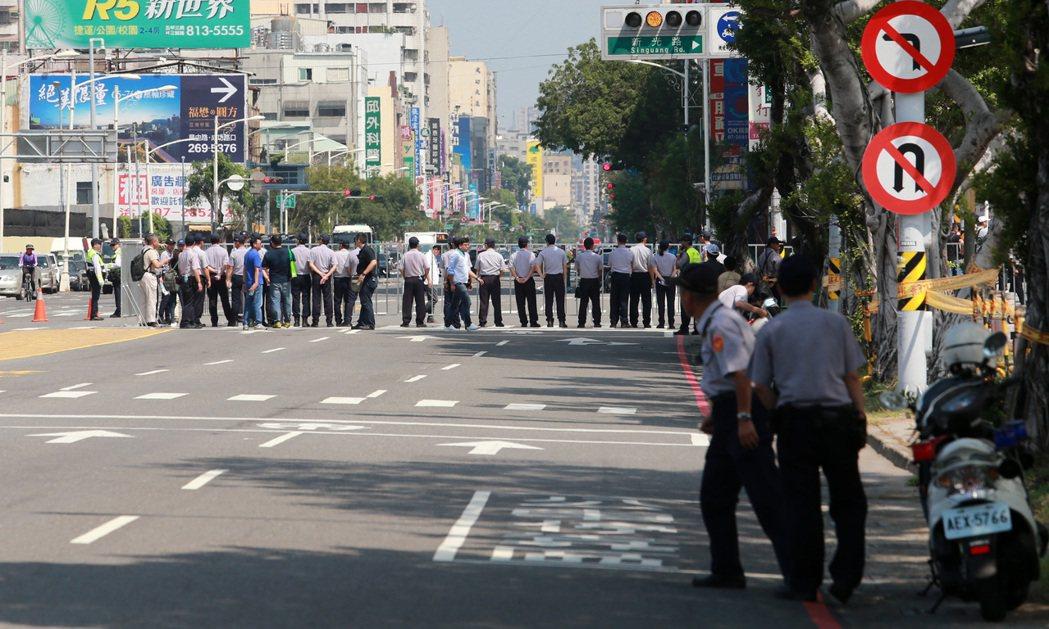 警方派出大批警力封路管制。記者劉學聖/攝影