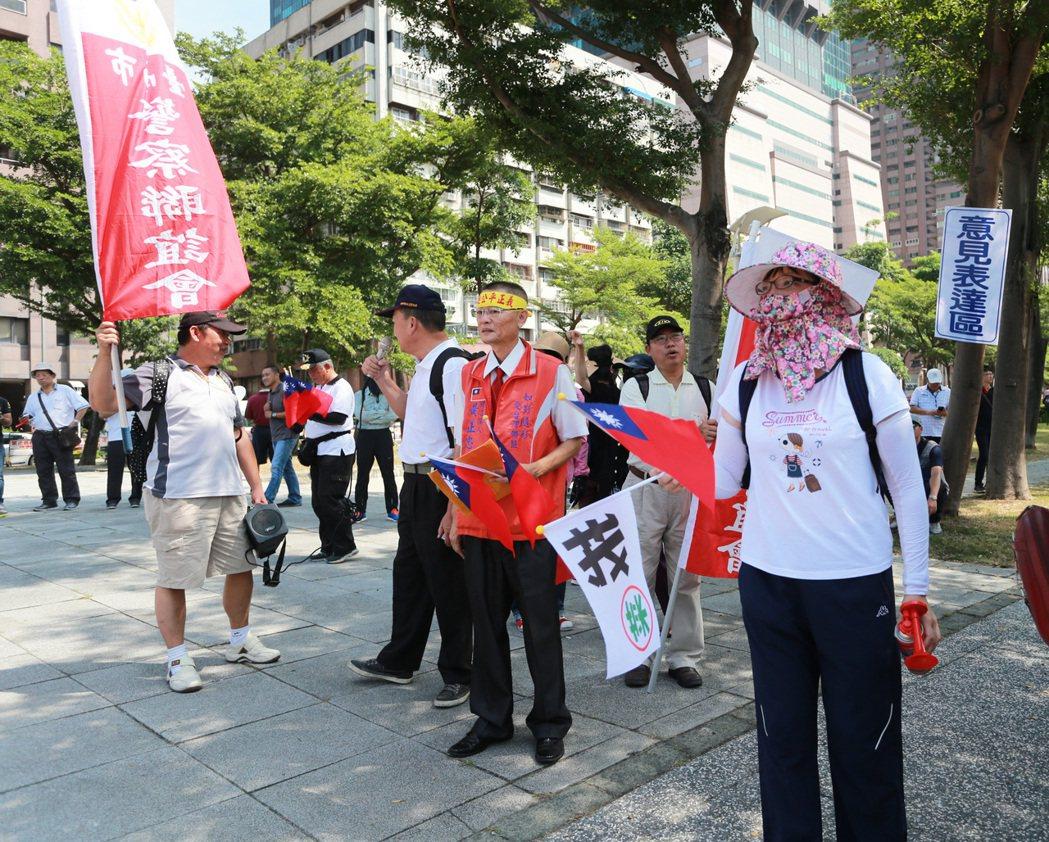 反年金改革團體只有十幾名成員到場抗議。記者劉學聖/攝影