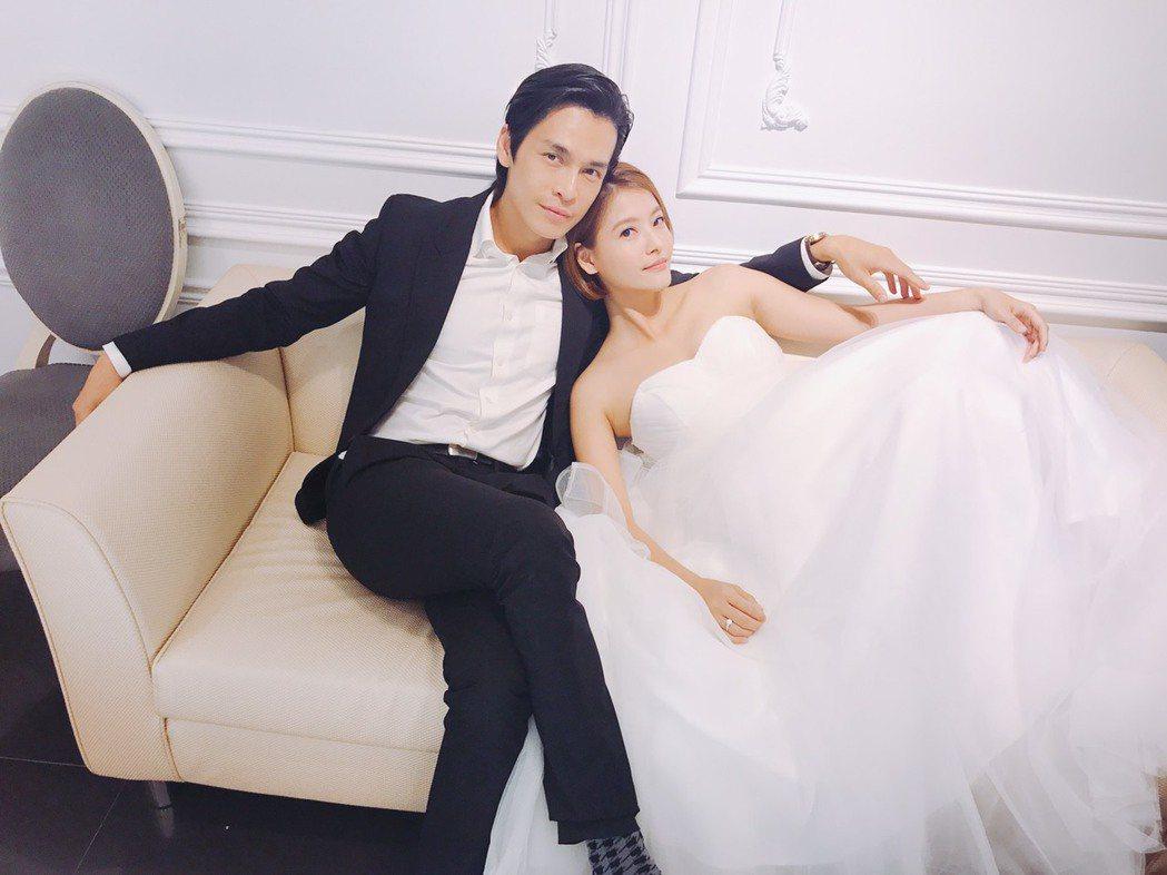 王樂妍(右)在「叫小賀」中終於和GINO披婚紗。圖/民視提供