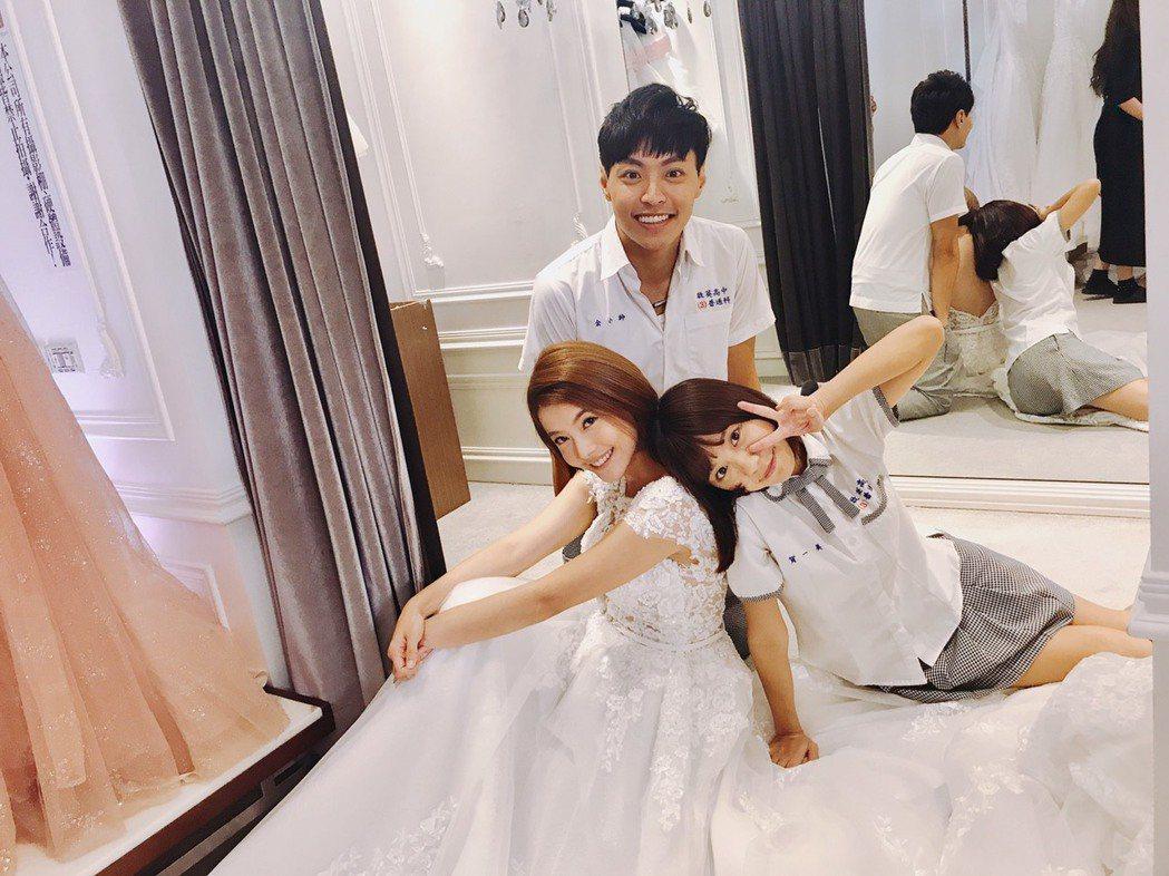 王樂妍(左)在「叫小賀」中終於披婚紗。圖/民視提供