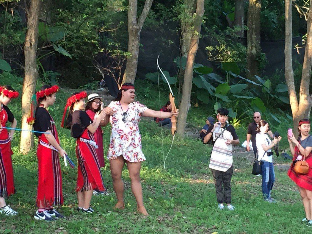 超級網紅「快樂寶拉」穿著一襲白底紅花洋裝,與越泰超人氣踩線團現身南投山區。圖/泰...